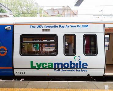 cartel publicitario de lycamobile en un tren